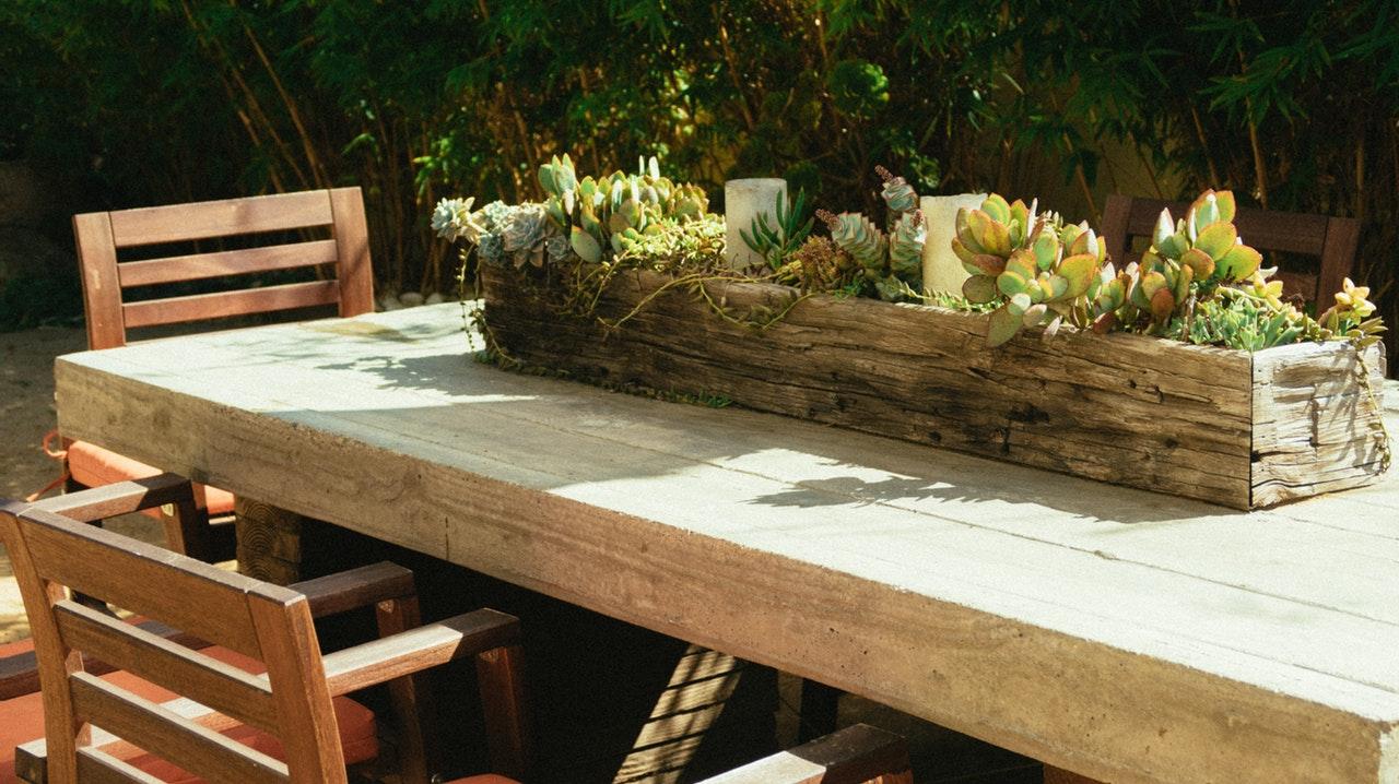 Bord med planter i haven
