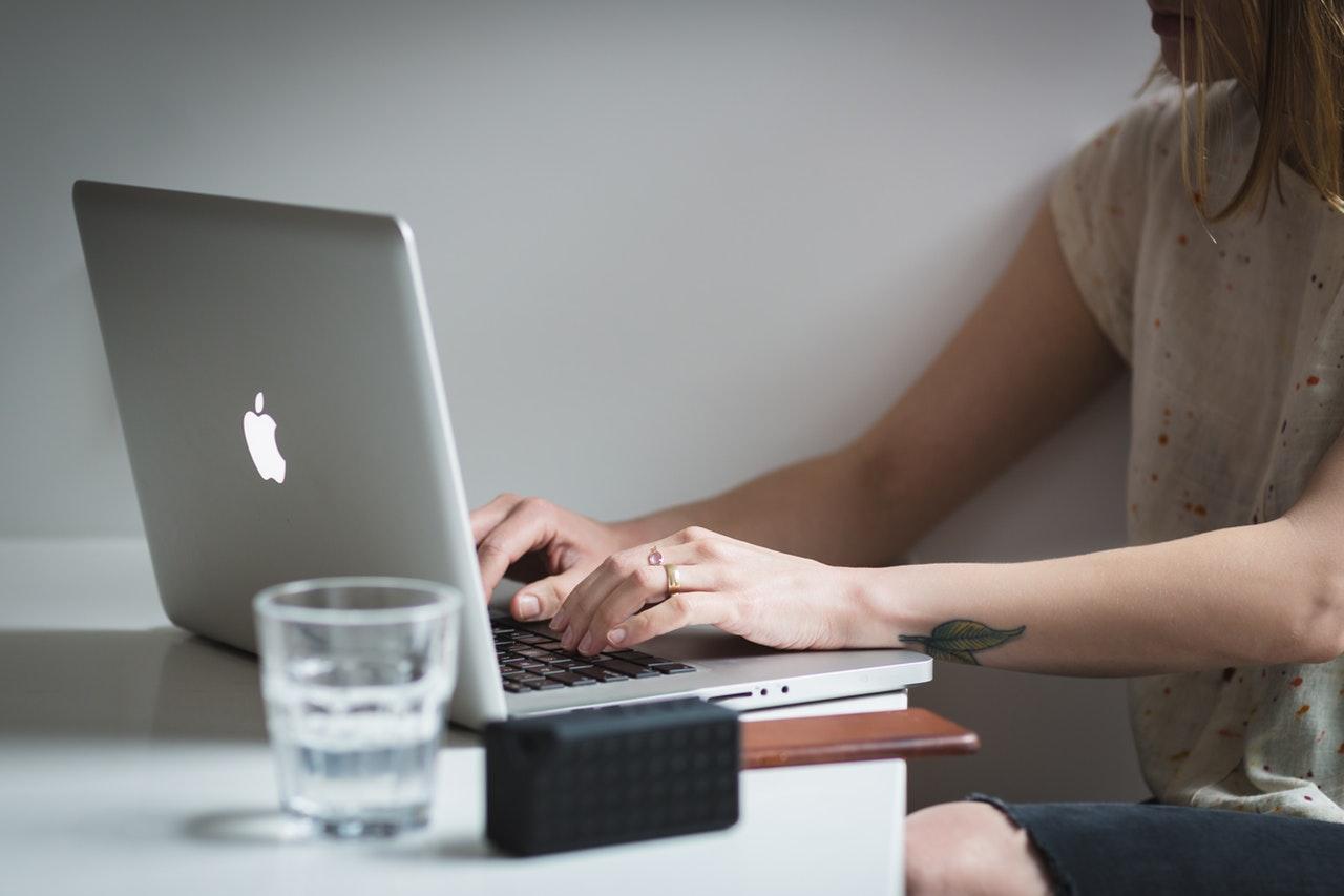 Dame laver blog på computer