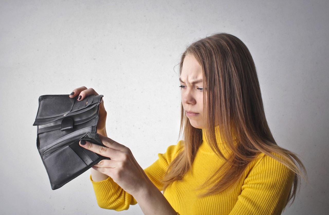 Kvinde har kondom i sin pung