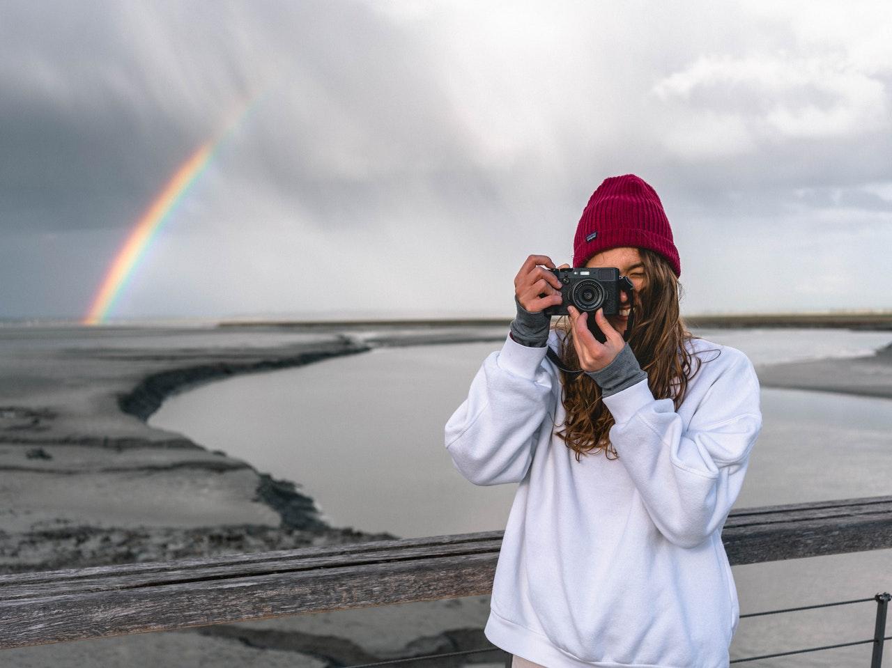 Kvinde har lys sweatshirt på og tager billede