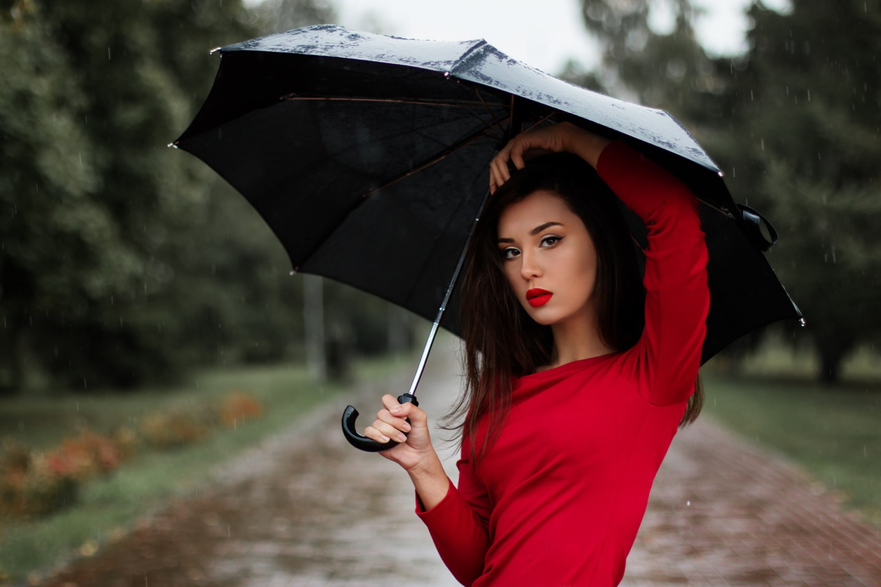 Kvinde har ny golf paraply over hovedet