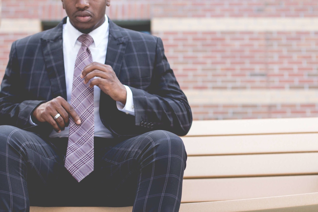 Mand har jakkesæt og slips på