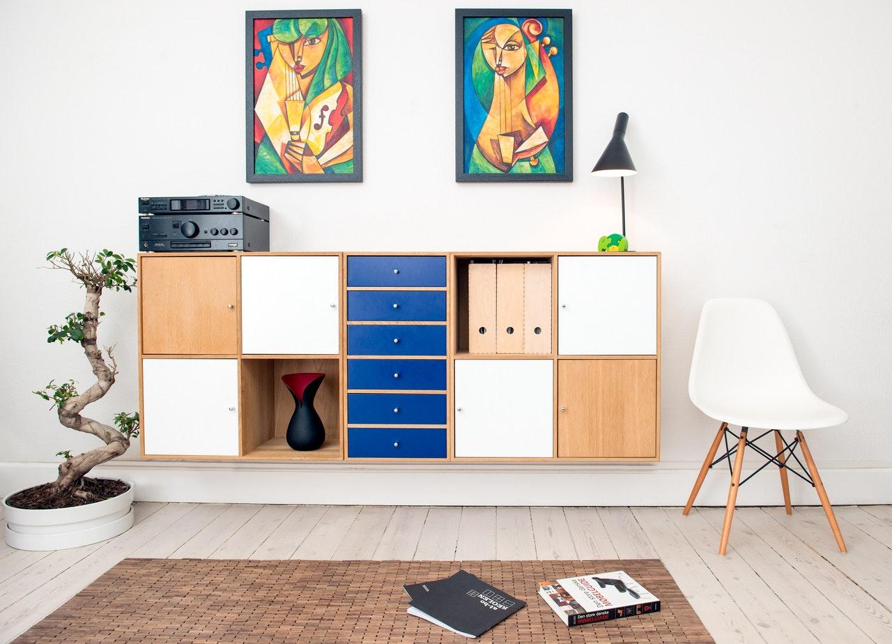 Moderne stue med flotte farver