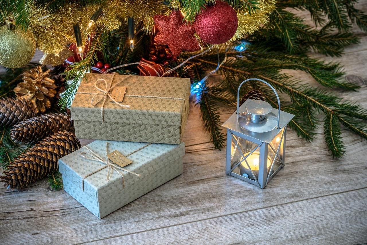 Pakker ligger under juletræ