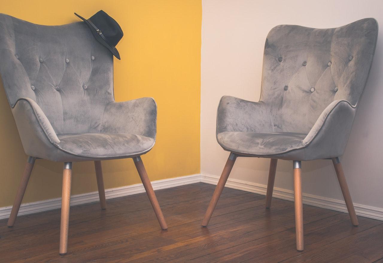 To stole står et rum med forskelligt farvede vægge