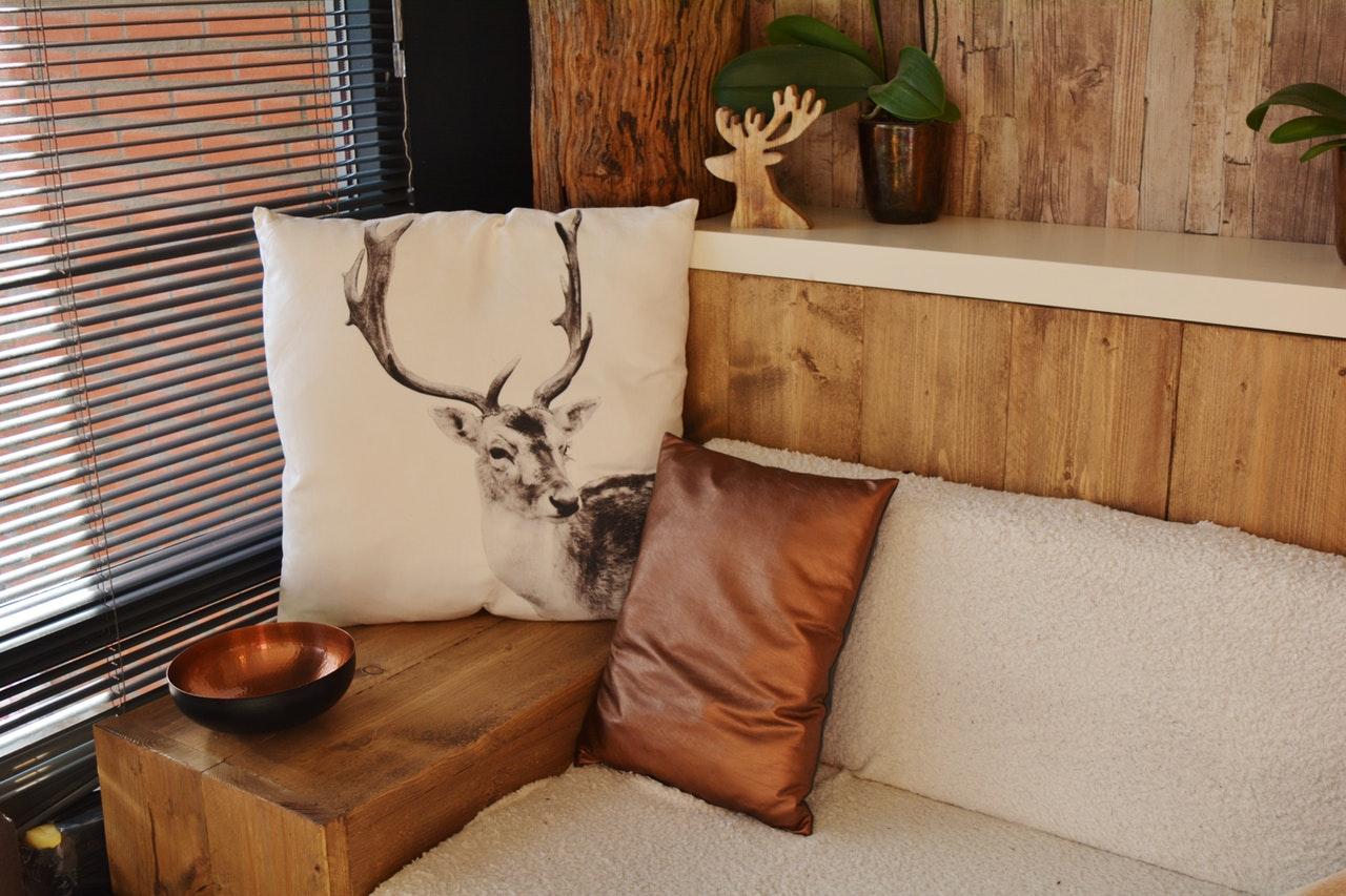 Træhus med flotte møbler inden i