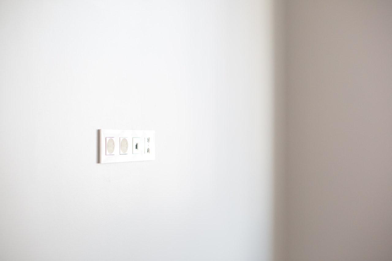 Væg med stikkontakter på