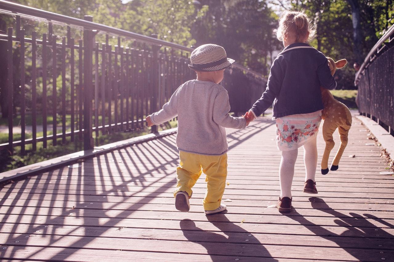 børnetøj og børn på bro
