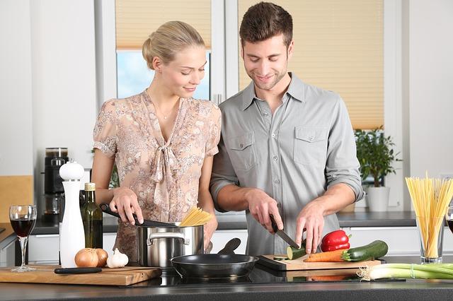 der bliver lavet mad i køkkenet