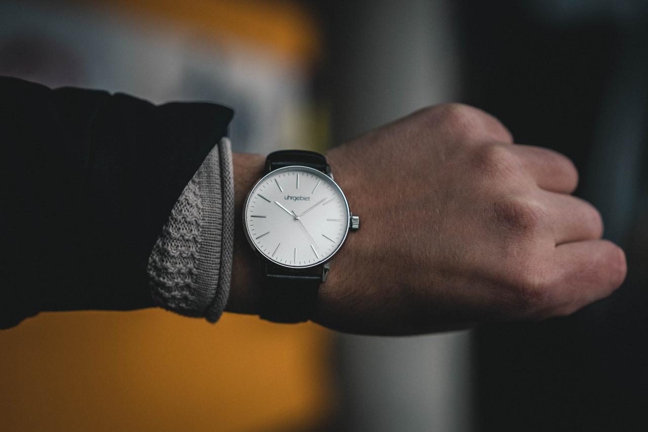 person har armbåndsur på